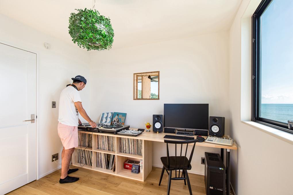 【DJブース】 ご主人の仕事部屋。二階の一番海が見えるお部屋です。