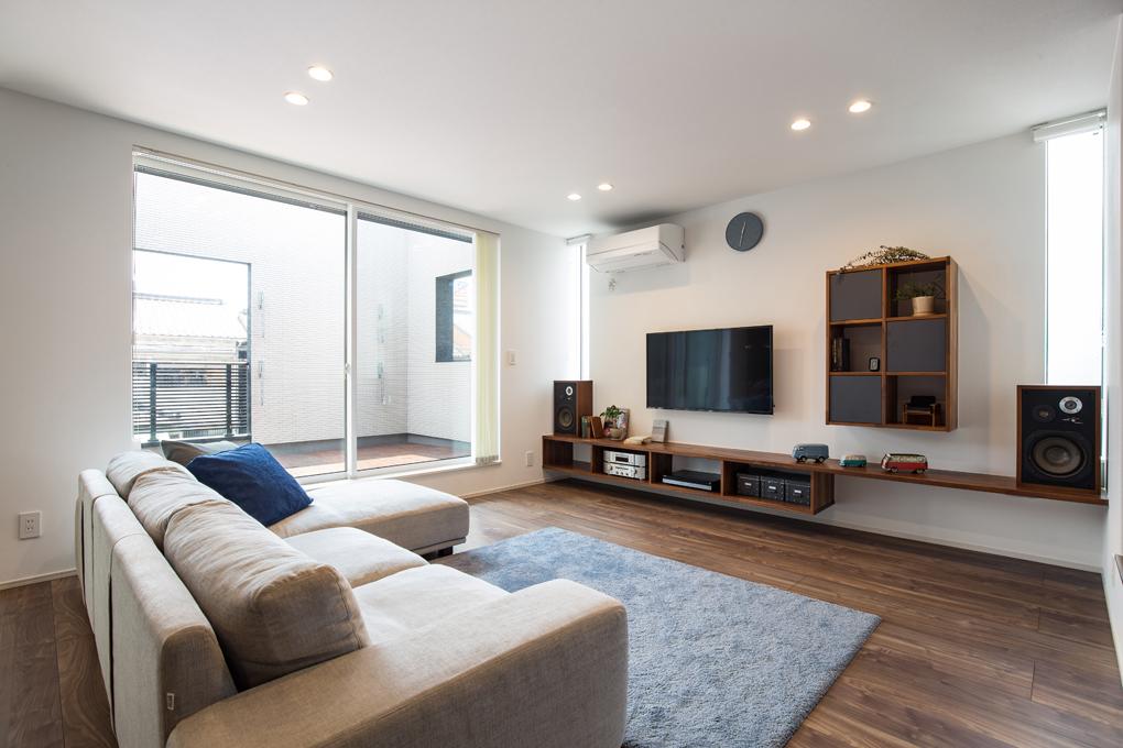 【リビング】 バルコニーからの採光を確保した、明るく開放的なリビング。造作テレビボードと収納は、床色と合わせることで統一感をもたせています。