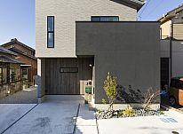 【施工事例 T様邸】デザインと機能面 どちらにもこだわった、片流れ屋根が特徴のお家。