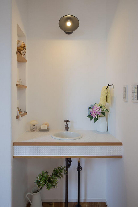 玄関ホールの手洗いは、機能面だけでなくディスプレイとしても。
