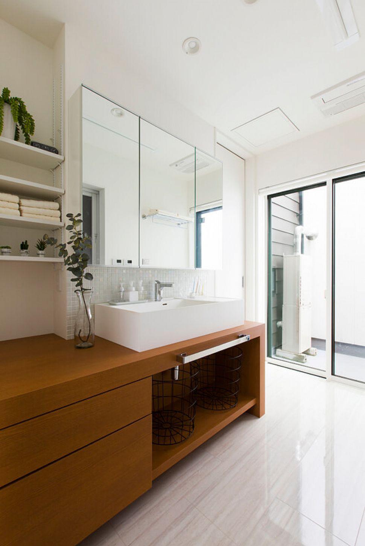 明るくシンプルにまとめた美しい洗面化粧台。バルコニーにもさっと行けて動線も便利です。