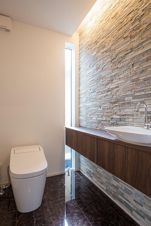ホテルライクなトイレは洗練された空間に。光沢のある床やボーダー形状の天然石が高級感のある仕上がりになっています。