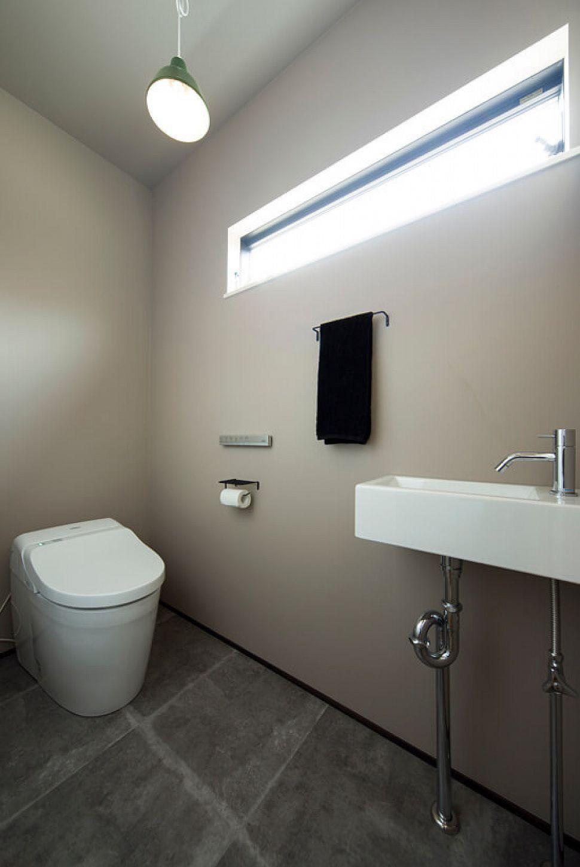 【トイレ】 グレイッシュな色味でまとめた1Fトイレ。