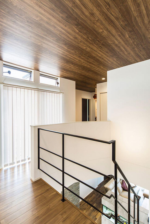 吹抜け天井には木目調をあしらい、落ち着きのある空間に。