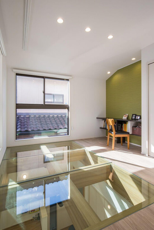 空調の熱効率を考えガラス張りにした床は、室内に明るさを届けてくれます。1階にいる間も2階で遊ぶお子さんの様子を伺うことのできる繋がりを感じる仕様に。