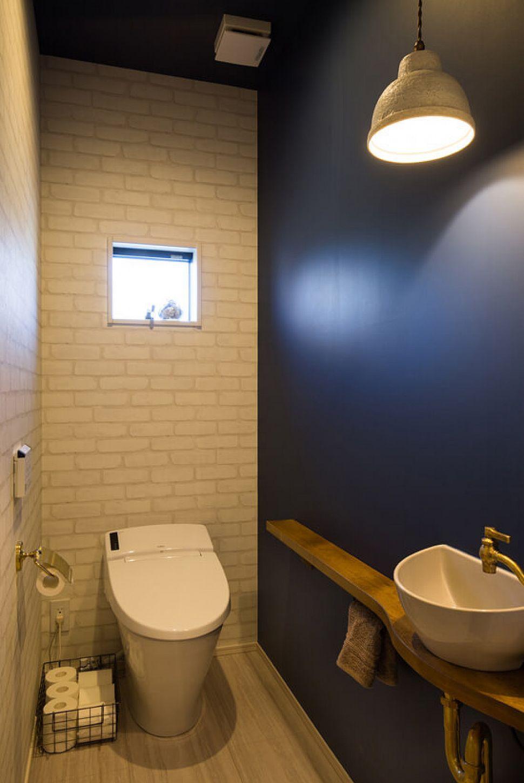 【トイレ】 ネイビーのアクセントクロスが映えるトイレ。手洗器や照明にもお施主様のこだわりが詰まっています。