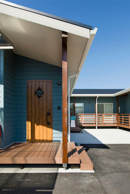 ベールブルーのラップサイディングを使用したカリフォルニアスタイルの外観。