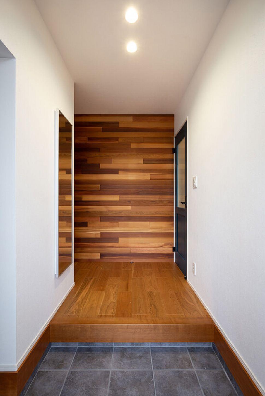 【玄関ホール】 玄関正面には無垢の板貼。第一印象がウッディな雰囲気に。