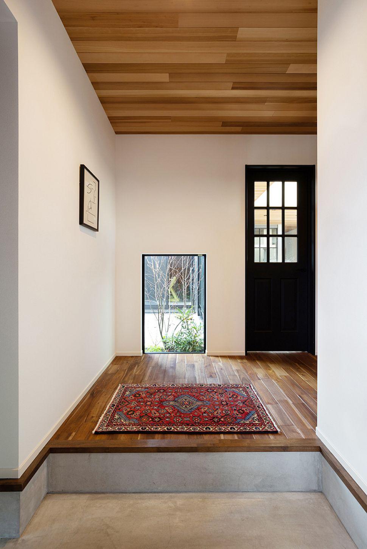 【玄関ホール】 中庭を切り取るFIX窓。最初に迎えてくれる、一番お気に入りの空間。