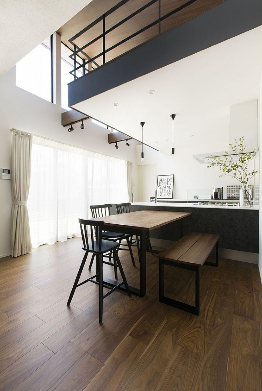 【ダイニング・キッチン】 平屋でありながら、天井が高く、ハイサイドの窓から燦々と光が注ぐ空間。
