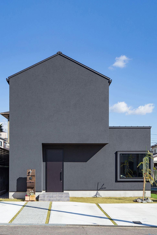 【外観】 三角屋根とBOXを組み合わせたシルエット。黒い塗り壁を全面に使うことで質感と落ち着きをプラスしました。