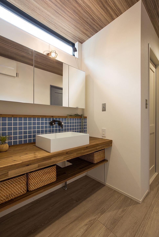 【洗面室】 ブルーのタイルとマリンランプを取り入れ、洗面スペースも西海岸テイストに。