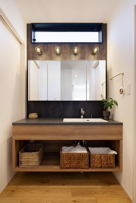 【洗面室】 使い勝手とデザインにこだわった洗面台。シンプルながら施主様の個性が光ります。