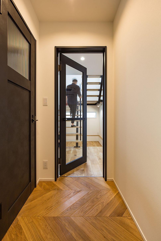 【リビングドア】 LDKのドアは造作で作成。框の幅を隣の既製品の建具に合わせて統一感のある仕上がりに。