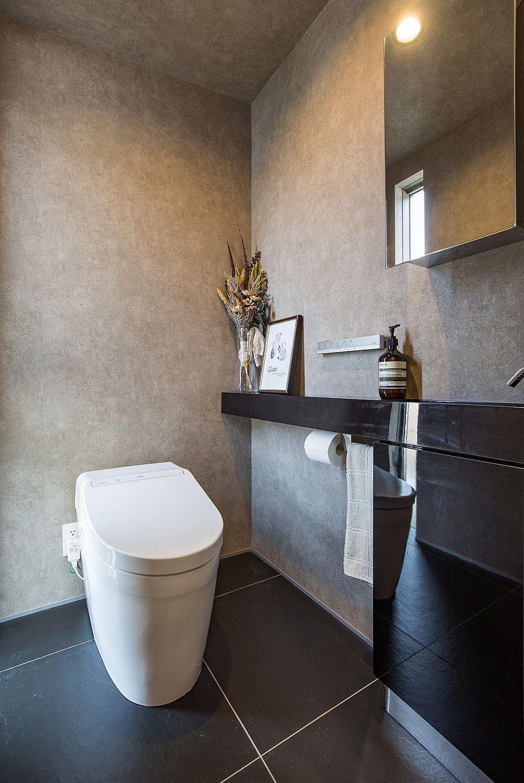 【トイレ】 トイレもモノトーンでまとめ、シンプルで落ち着きのある空間に。