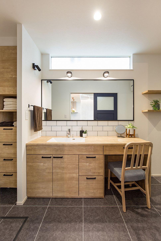【洗面室】 2人並んでもゆったり使える造作洗面化粧台。タオルなどの収納も合わせて造作しました。ミラーや照明、ハンドルはブラックをセレクトすることで、オークの柔らかい色を引き締めています。