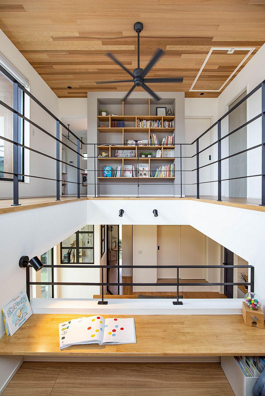 【DEN】 階段途中に設けたDENコーナーは、お子様の学習スペースに。リビングやキッチンからでも目が届くため、家族の気配を感じながら過ごすことができます。