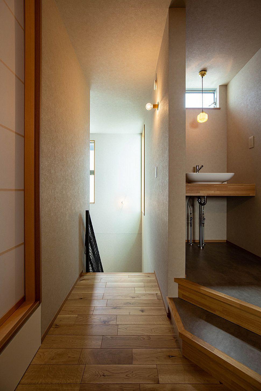 【手洗い】 2階に設置した造作手洗い。モルタル柄のフロアタイル、オーク、磁器のシェードなど、質感のある空間に。