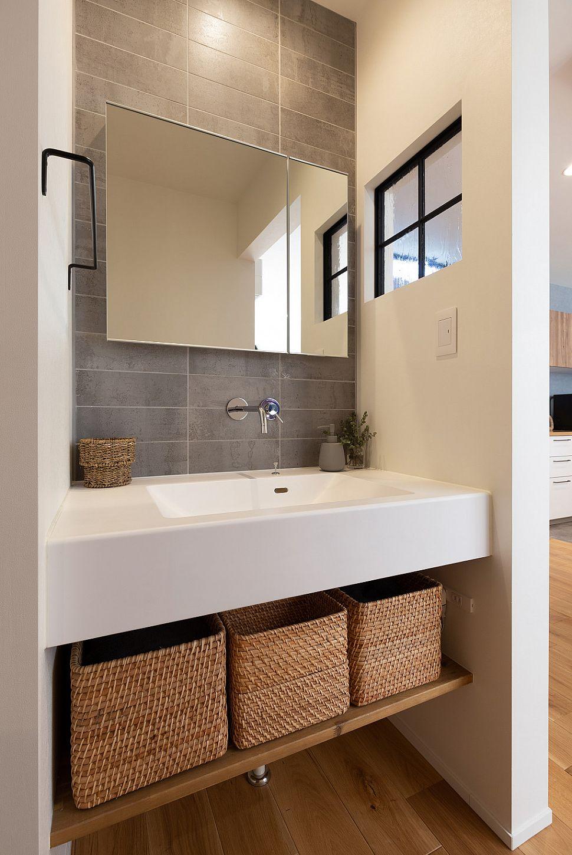 【洗面室】 ボウル一体型カウンターですっきりと。奥様こだわりの室内窓が良いアクセントとなっています。
