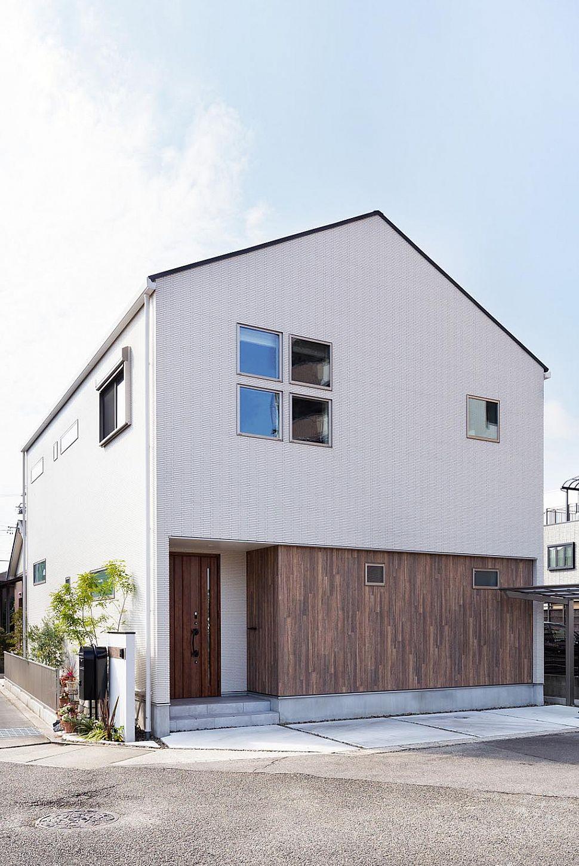 【外観】 白のタイルをベースに、木目外壁をアクセントに施した外観デザイン。三角屋根にスクエア窓をポイントにしました。