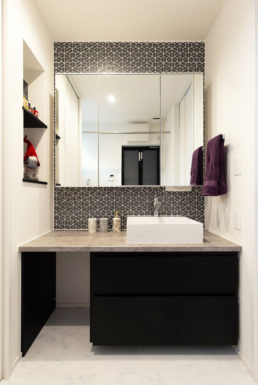 【洗面室】 タイルを全面貼りした高級感のあるパウダールーム。収納を充分に設けたことで見た目もスッキリです。