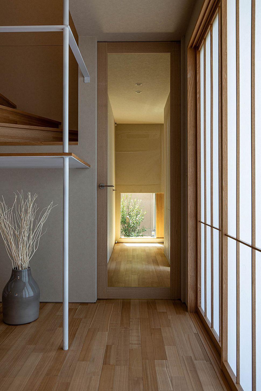 【廊下】 LDKの中心からは、ガラスのリビング扉を通して坪庭を眺めることができます。