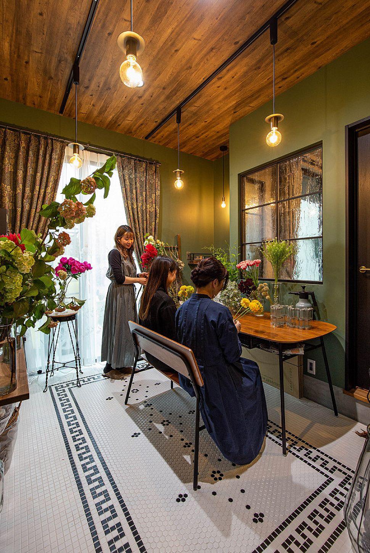 【アトリエ】 奥様のアトリエはフラワーアレンジメント制作と教室用。ウィリアム・モリスで揃えたクロスとカーテン、床のモザイクタイルとのコントラストが美しい空間です。