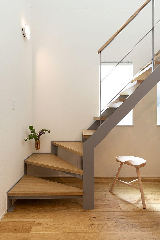 【ウォールランプ】 階段を優しく照らすウォールランプも、お気に入りの照明の一つ。