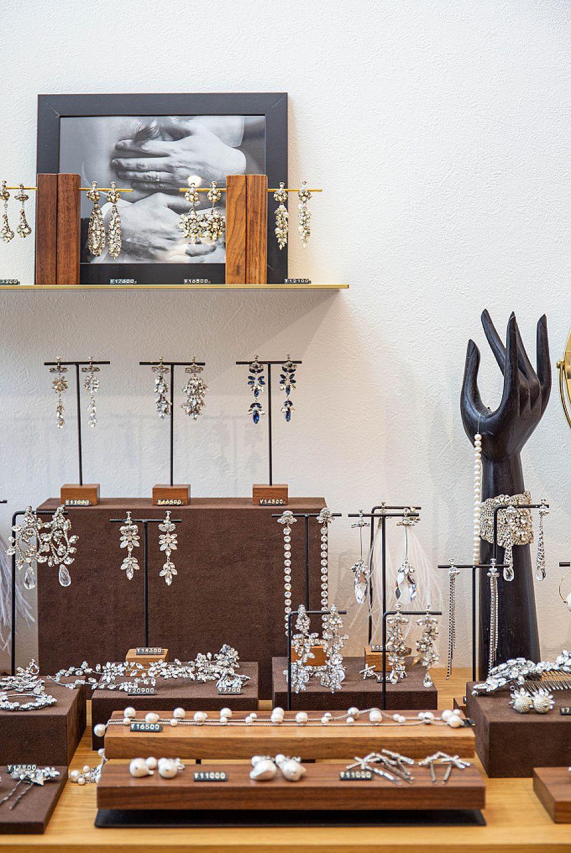 【Wedding jewelry】 お施主様のセンス溢れるジュエリーとディスプレイは時が経つのを忘れてしまうほど見入ってしまいます。真鍮の棚で主役のジュエリーを引き立てます。