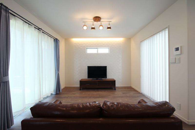 テレビ後ろの壁のタイルは白を用いることで、何気なくセンスを感じさせる仕上がりに。