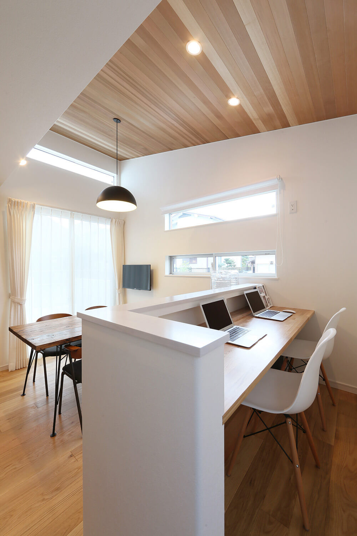 LDKを見渡せる書斎スペース。1段上がっているためリビング側からはカウンターが見えず、生活感を抑えられる工夫が。