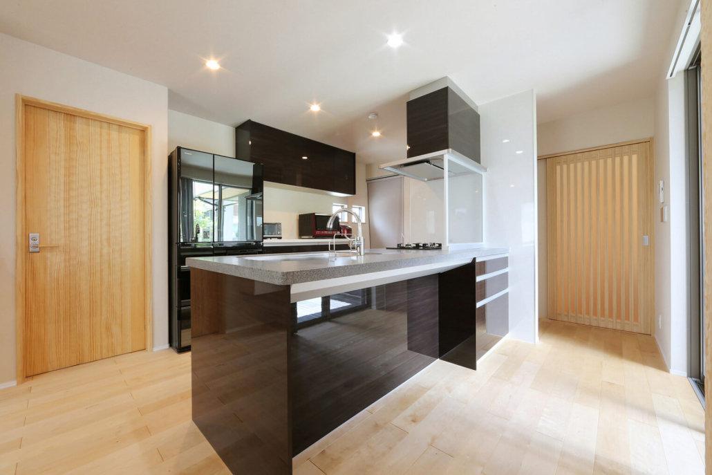 キッチンとリビングはL字の家の形に添ってレイアウト。キッチンからの見渡しは良くても、ゲストからはすべてが見えない効果も。