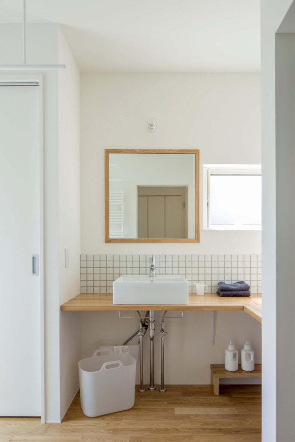 広さにも収納にもゆとりを持たせた洗面室。テラスに直接出られて洗濯後の動線もスムーズ。