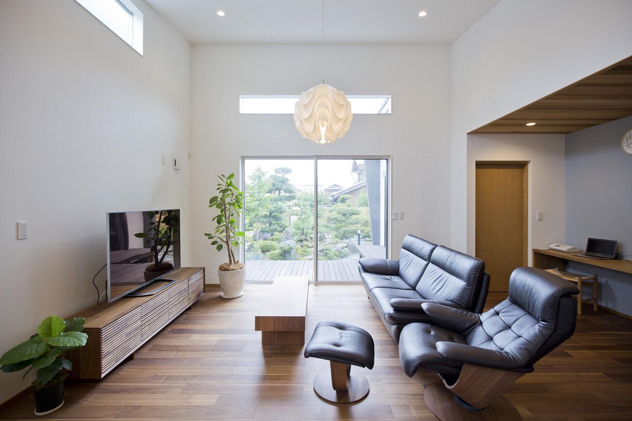 天井を高くしたLDKは、実際の面積以上のゆとりを感じる。高い位置に設けた窓から光が降り注ぐのも気持ちがいい空間です。