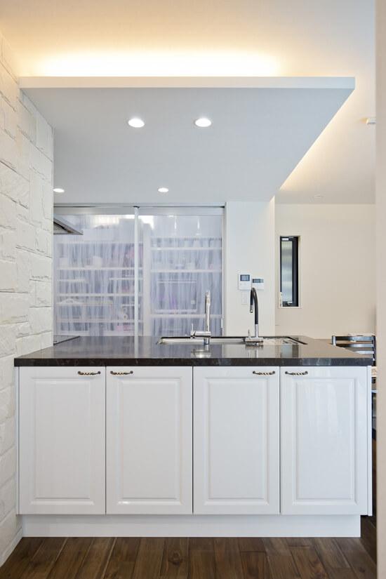 キッチンは大きなシンクと二つの水栓で作業性はバツグンです。背面には大容量の収納スペースが。