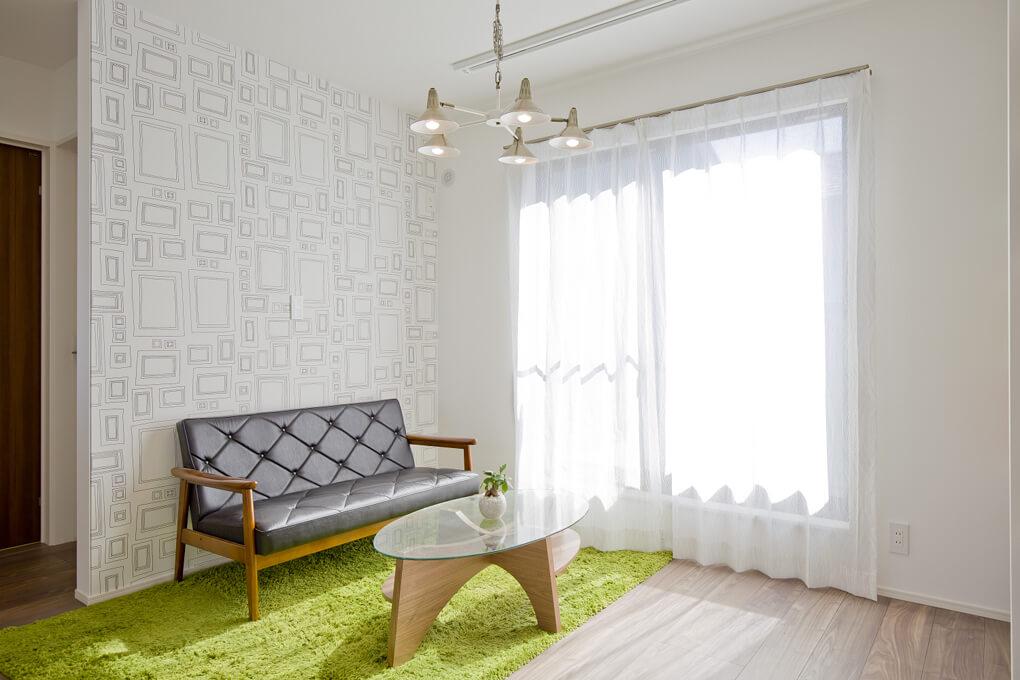 2階のセカンドリビングはお気に入りのクロスを貼って読書スペースに。将来的に壁を作って個室にできるよう可変性のある間取りになっています。