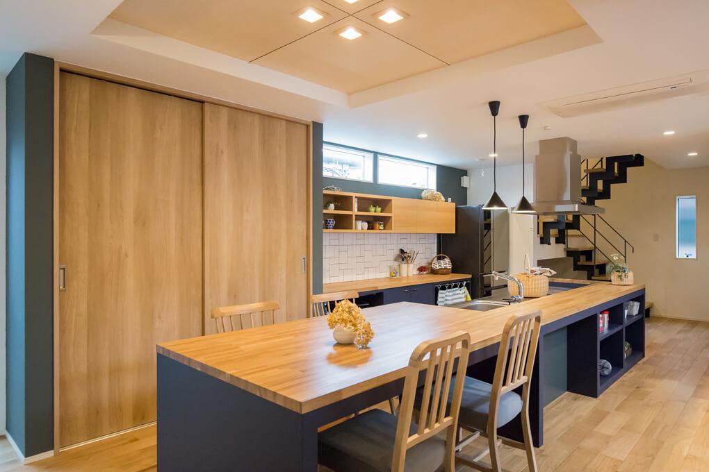 キッチンと一体になったダイニングテーブルは、奥様の家事動線もスムーズにしてくれます。