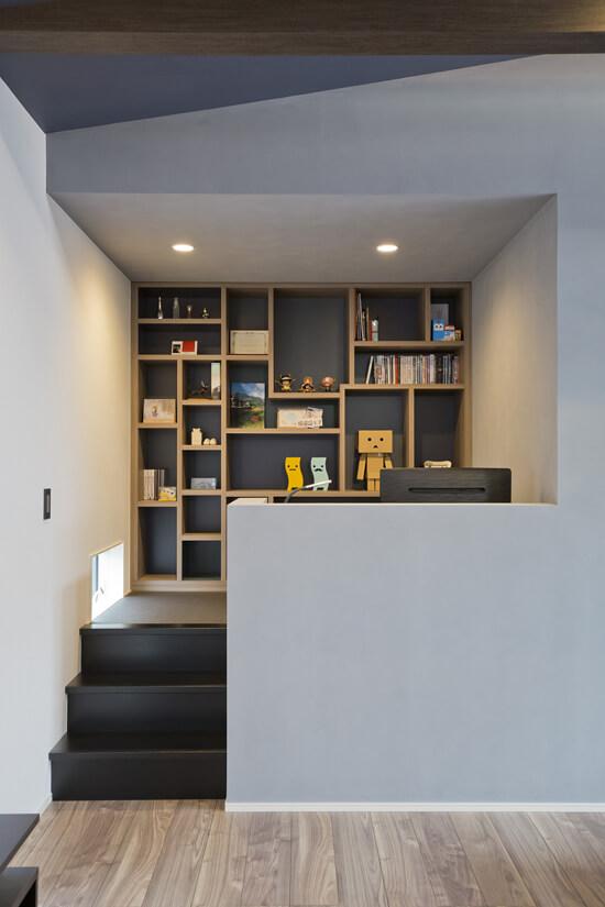 リビングの奥にあるDENコーナーは壁一面の本棚は収納量も抜群。