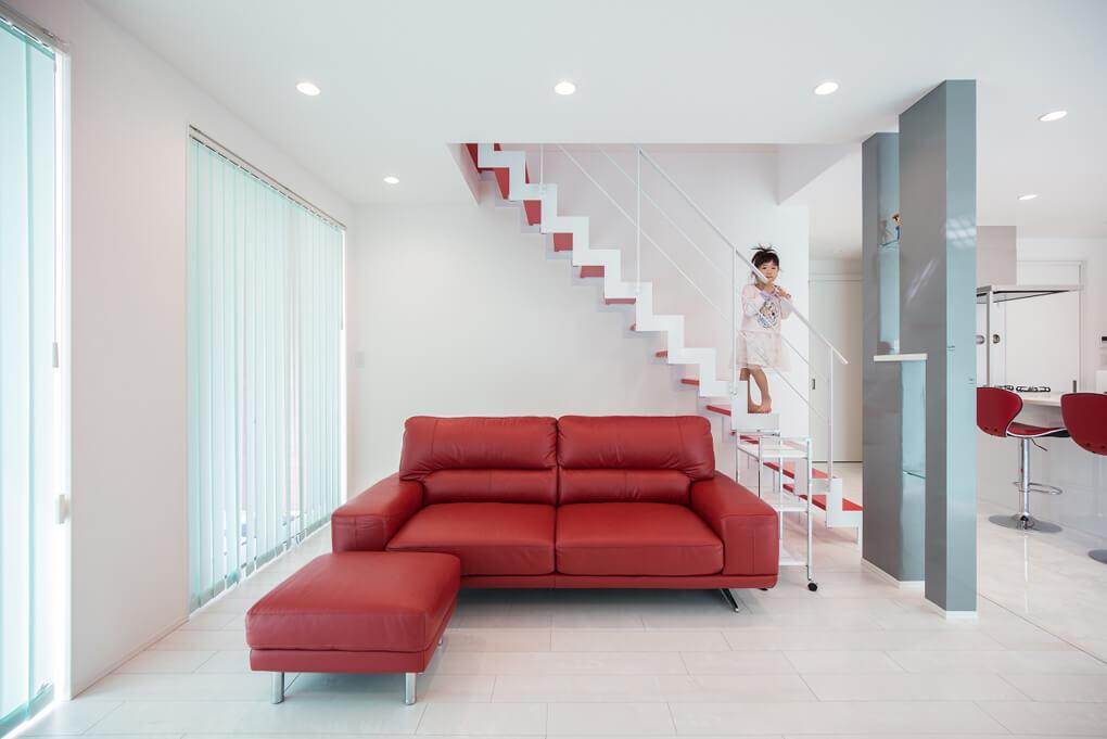 赤い踏み板に白の鉄骨が印象的で、シンプルでもインパクトのあるリビング空間です。