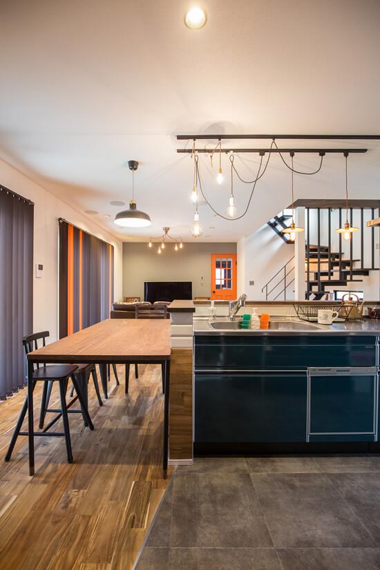 ダイニングテーブルはキッチンカウンターにぴったりサイズを合わせたオーダーテーブル。動線確保のため無駄のない配置になりました。