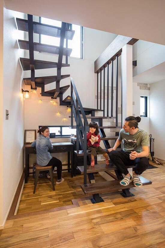 鉄骨階段はリビングのアクセントにもなっています。階段下のスペースを有効に使ってちょっとした書斎に。リビングにいる家族とも常にコミュニケーションが取れるのでお子様も安心。