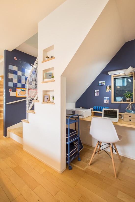 階段下の書斎スペース、カレンダー塗装をした黒板と共にご家族の伝言スペースになってます。