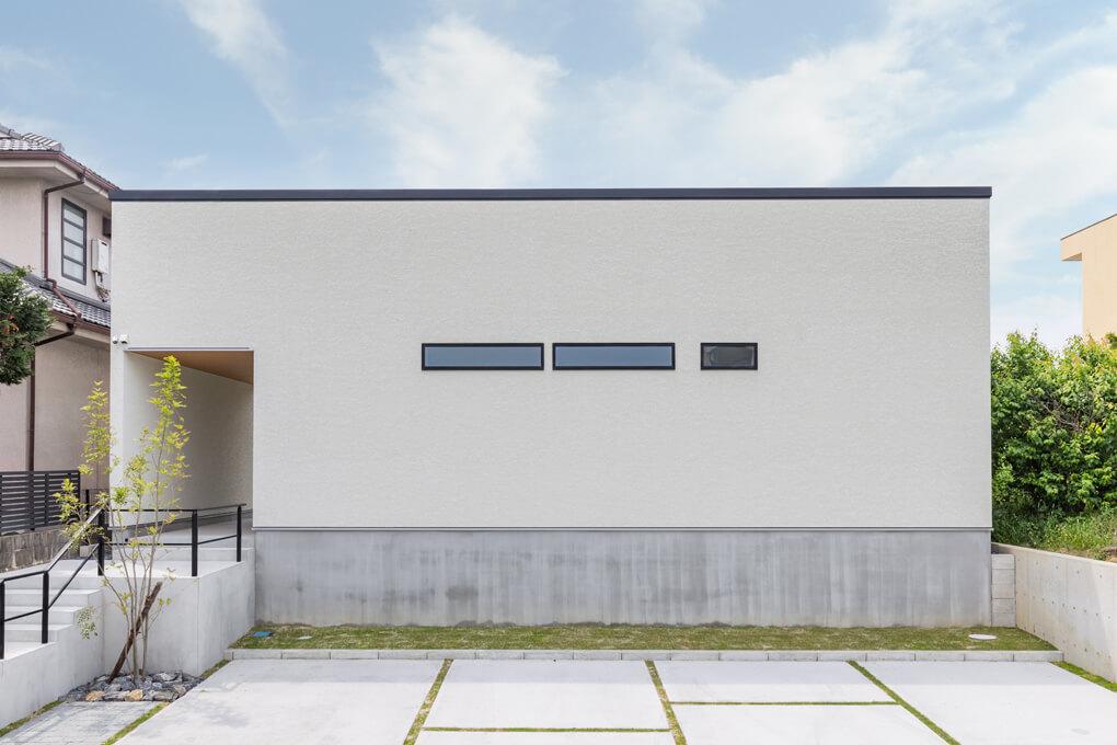 【外観】 シンプルな箱型。あえて家っぽくなく、閉じたイメージの外観。