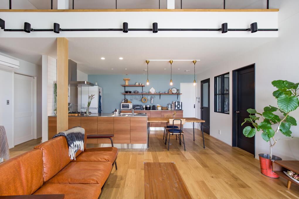 キッチンはアメリカンチェリー系の木目で、床はオークを使用。落ち着いた雰囲気になっているのは、素敵な家具やインテリアが部屋のバランスを整えてくれているから。お施主様のセンスがあふれたリビングです。
