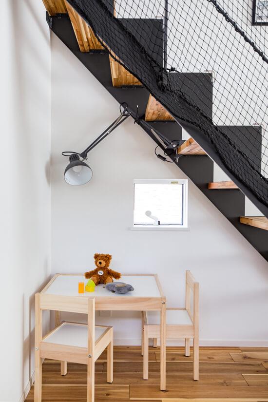 階段下スペースを利用したキッツスペース。 隠れ家のようなおもちゃの収納スペース。