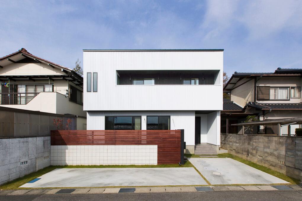 真っ白なガルバの外壁にインナーバルコニーが映えるシンプルな外観。