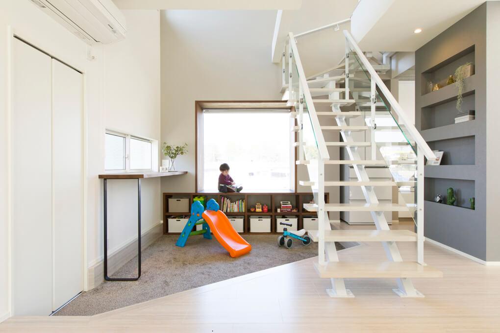 キッチンやリビングから目が届く位置に、ダウンフロアになったキッズルームをレイアウト。