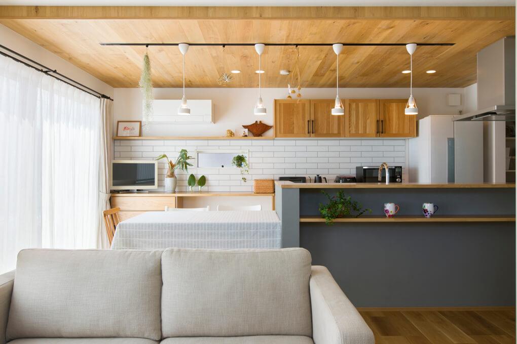 【LDK】 ムク材や塗り壁など、自然な素材感が目を楽しませるLDK。本物の木を使った折り下げ天井は、ドラマに出てきた部屋をイメージしたもの。