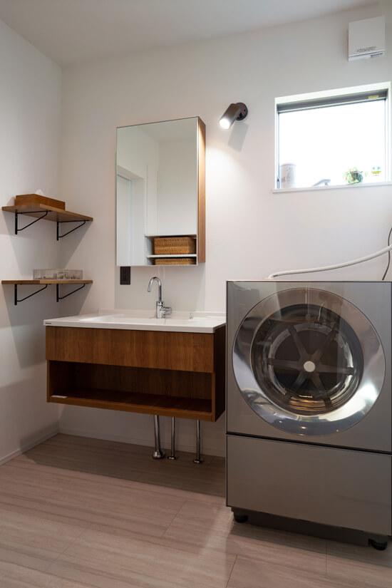 フロートタイプですっきりとした洗面台は、面材にウォールナットを採用し、家全体に統一感をもたせました。
