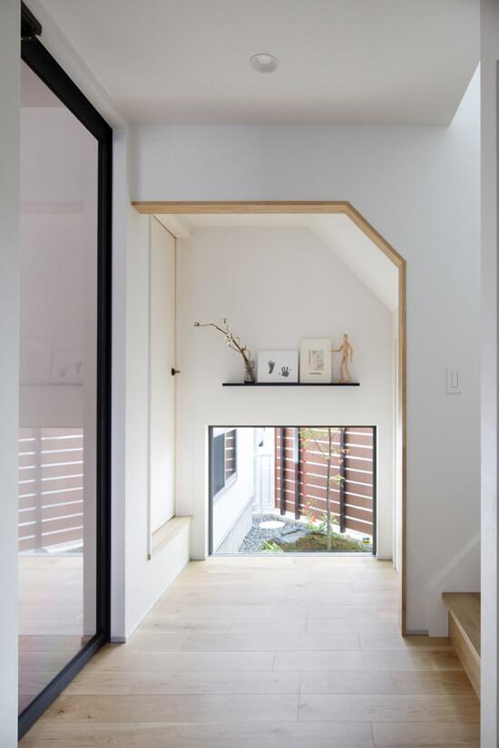 玄関正面に設けられた坪庭を望める印象的な空間。